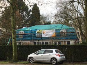 Plaatsen van leien op hellend dak