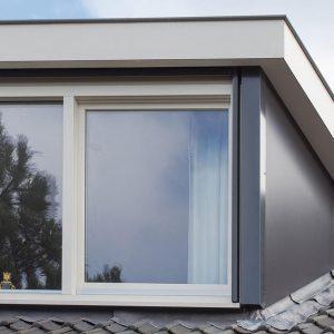Witte dakkapel buitenkant
